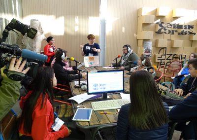 Los miembros de Estación JdeK haciendo entrevistas en el Día Mundial de la Radio 2019