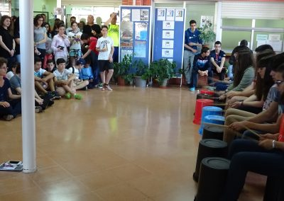 Actuación de percusión en el vestíbulo del instituto