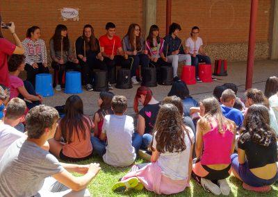 Actuación de percusión en el exterior del instituto, EscaramuZAS 2016