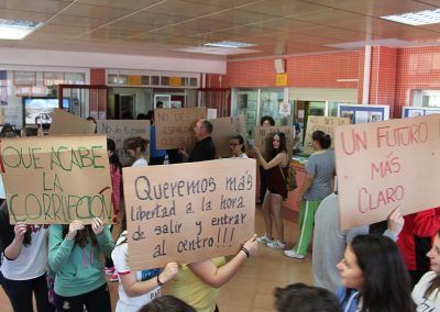 Espectáculo de concienciación social en el vestíbulo del instituto, EscaramuZAS 2016