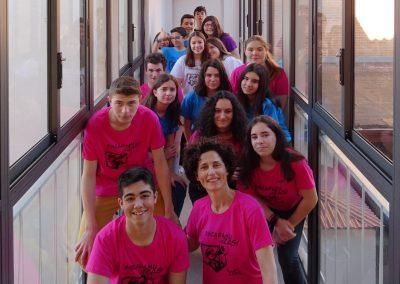 Alguos de los participantes de EscaramuZAS 2017 posan en los pasillos del instituto