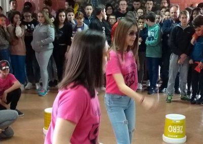 Actuación de baile en el vestíbulo del instituto, EscaramuZAS 2019