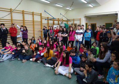 Público de la actuación circense en el gimnasio del instituto, EscaramuZAS 2019