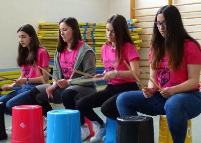 Cuatro alumnas durante su espectáculo de percusión, EscaramuZAS 2019