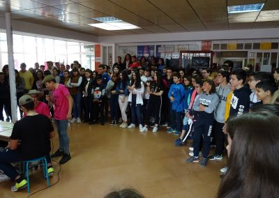 Público en el vestíbulo del instituto asistiendo a una representación teatral, EscaramuZAS 2019