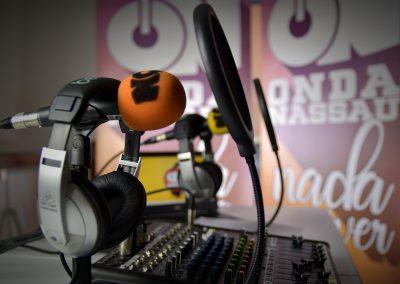 Vista de los micrófonos y mesa de mezclas de Onda Nassau